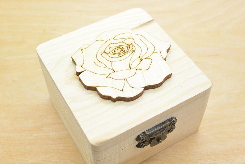 Μπομπονιέρα Ξύλινο κουτί τριαντάφυλλο (152074)